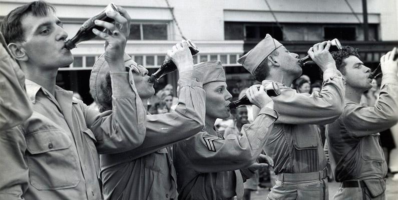 Under andra världskriget offentliggjorde Coca-Colas ägare att de skulle göra allt i sin makt för att se till att varje amerikan i en uniform ska få en flaska med Coca-Cola tilldelad till sig, oavsett var han befinner sig och vad det kommer att kosta bolaget.