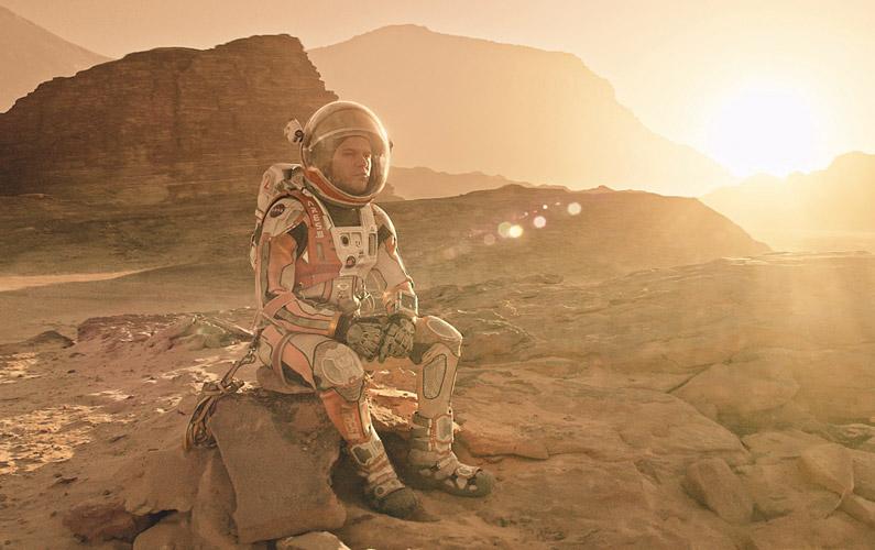 Astronauten Mark Watney blir kvarlämnad på Mars av resterande besättningen som tror att han omkommit efter en kraftig storm i rymden.