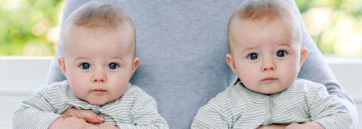 Tvillingar Kvinna Som Träffar Skytten Man
