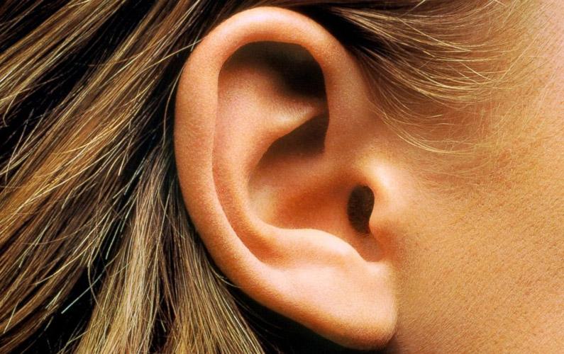 slår lock för örat