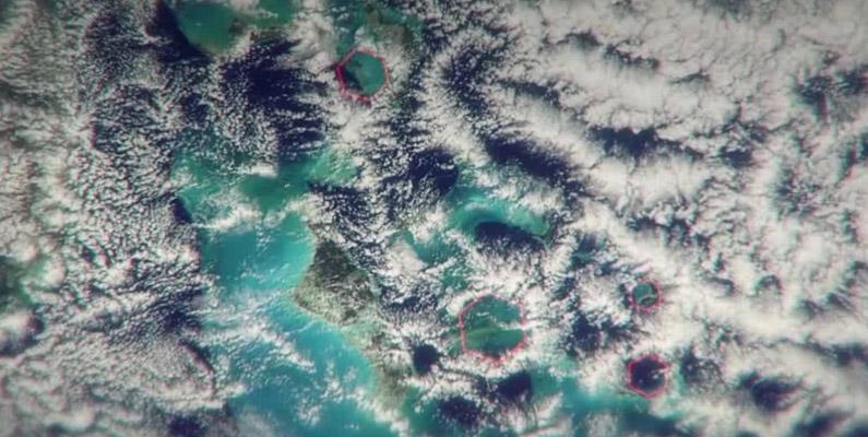 """Enligt en relativt ny teori hävdas det att de sexkantiga molnen är anledningen till att skepp och flygplan kraschar i området. Teorin säger att dessa sexkantiga moln skapar så kallade """"luftbomber"""", som enkelt förklarat är luft som hastigt susar ner och slår mot havet i en enorm hastighet och på så sätt slår sönder alla material som är i vägen."""
