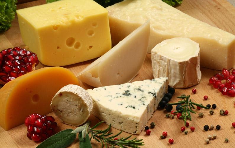 Frankrike är det land som konsumerar mest ost i världen med sina 26 kg per person/år. Sverige hamnar hamnar på tionde plats med 7 kg mindre.