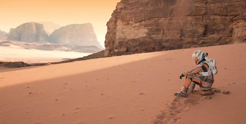 I boken nämns det att han navigerar med hjälp av månen Phobos, för att kunna orientera sig rätt.
