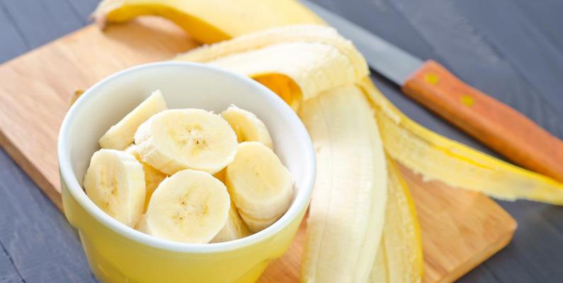 Bananer är naturligt radioaktiva. Men oroa dig inte, den lilla mängd radioaktivitet kan omöjligt påverka din kropp. Anledningen till att de är radioaktiva beror på den höga mängd kalium-40 som de innehåller.