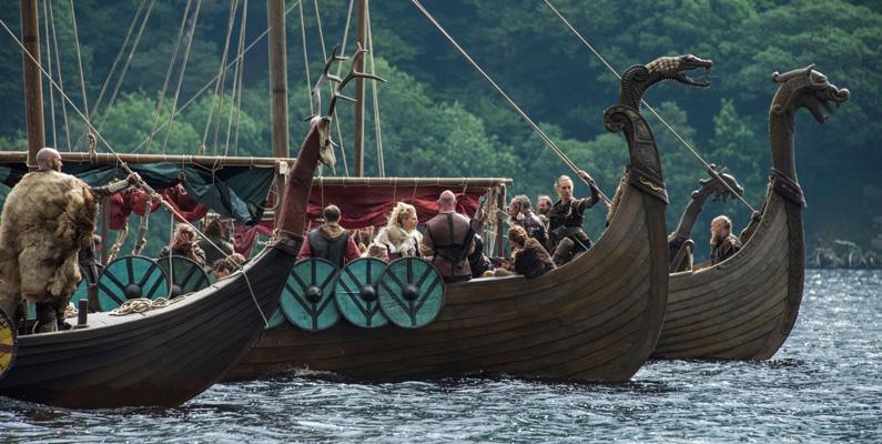 Vikingar var riktiga experter på att bygga båtar! Deras båtar var långa och varierade mellan 16 till 37 meter, och så många som upp till 60 vikingar kunde färdas på vardera båt.