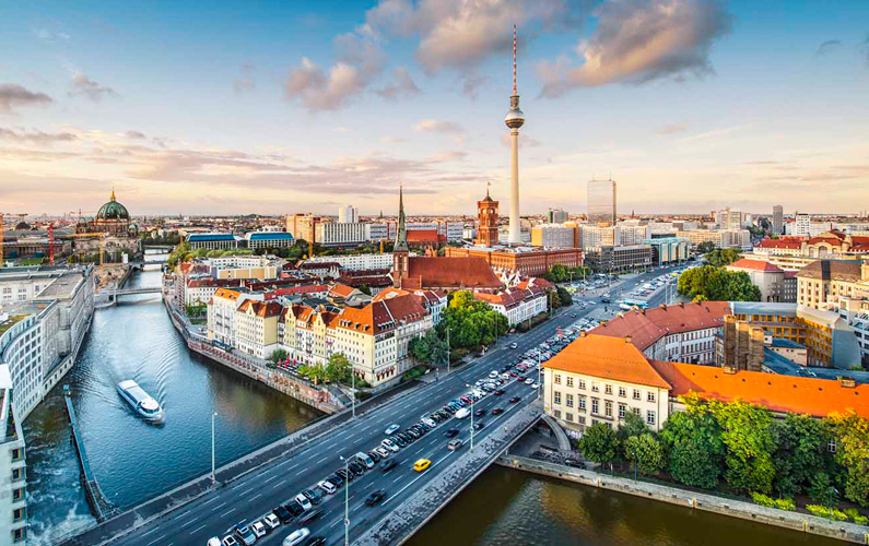 Berlin är Tysklands huvudstad och landets folkrikaste och största stad med sina drygt 3,7 miljoner invånare och 892 kvadratkilometer.