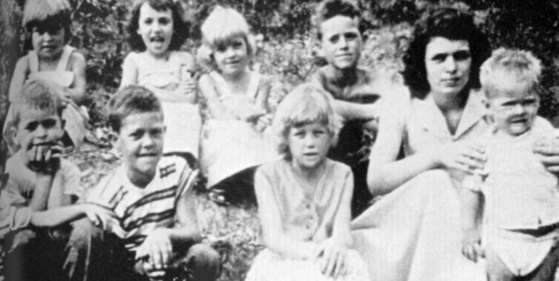 Dolly Parton växte upp med sina 11 syskon i en extrem fattigdom, där barndomshemmet saknade både elektricitet och vatten.