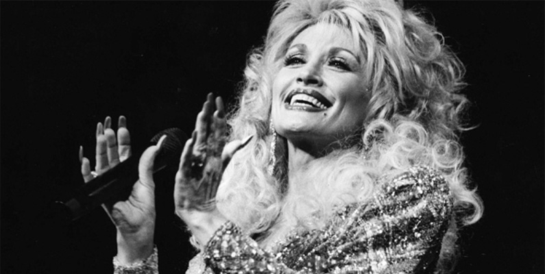 Dolly Parton har ett nettovärde på cirka 600 miljoner dollar. Alla pengar kommer dock inte från musiken. Bland annat har hon ett eget nöjesfält (Dollywood) och ett eget klädmärke, för att bara nämna en bråkdel av allt hon gör.