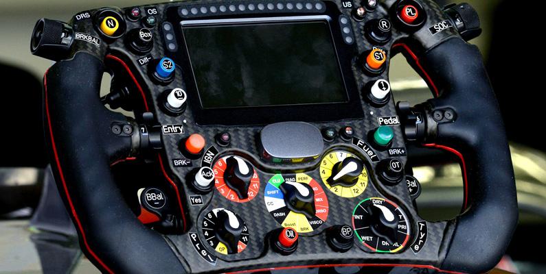 Enbart en Formula 1-bils ratt kostar nästan 300 000 dollar. Ratthjulet är utformat med lager av knappar för racing.
