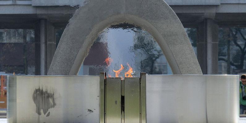 Fredens flamma i Hiroshima har brunnit sedan 1964, som en protest mot världens alla kärnvapen. När alla kärnvapen är avvecklade och förstörde kommer elden att släckas.