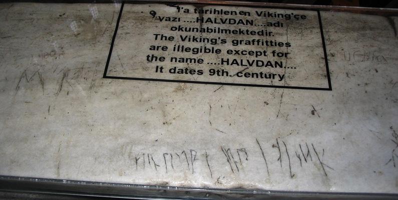 Under 800-talet e.Kr. grafiterade två vikingar sina namn i runorna av Hagia Sophia. Dessa sniderier har överlevt sedan Byzantium-eran och är fortfarande synliga i dagens Istanbul.