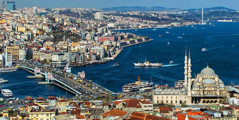 stanbul ligger i både Europa och Asien eftersom det sträcker sig över Bosporen, som traditionellt skiljer båda de båda kontinenterna åt.