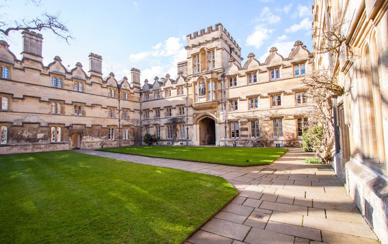 Oxfords universitet, eller mer känt som Oxford University, (engelska: University of Oxford), är ett kollegialt forskningsuniversitet.