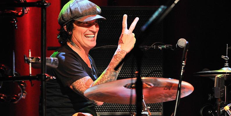 Mötley Crüe-trummisen Tommy Lee har berättat i en intervju att Ozzy Osbourne bjöd över honom till sitt hotellrum - och plötsligt började kleta avföring på golv och väggar - som han också målade runt i.