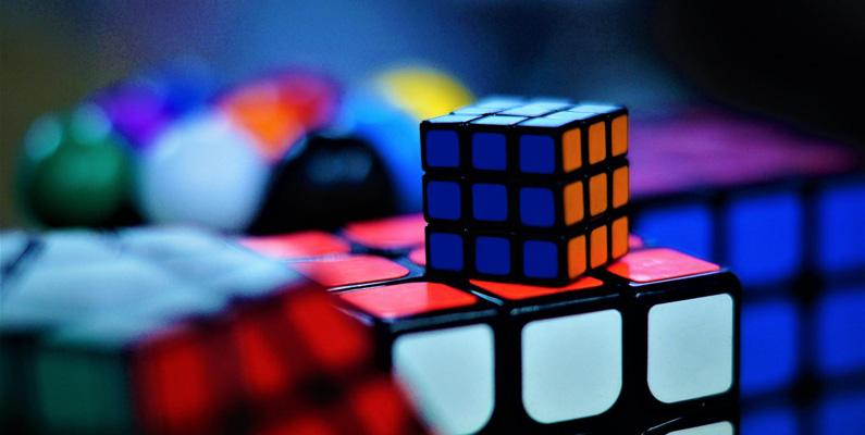 Uppfinnaren av Rubiks kub förstod inte att han hade byggt en form av ett pussel förrän han blandade det första gången och därefter försökte att återställa det.