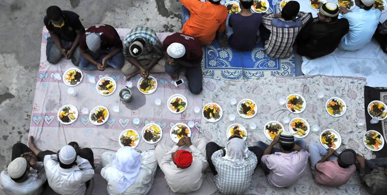 Man kan lätt tro att livsmedelsindustrin får lida under ramadan - men det är snarare tvärtom! Det hör nämligen till vardagen att man har fler banketter och bjudningar under högtiden, vilket i sin tur gör att människor handlar mer i butikerna.