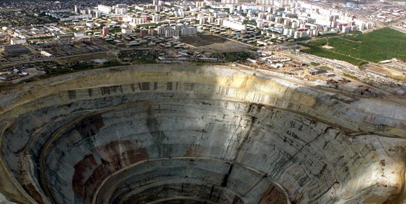 """Ett djupt hål borrat i Sibirien blev allmänt känt som """"Brunnen till helvetet"""" när religiösa medier påstod att skrik av de fördömda kunde höras från dess djup."""