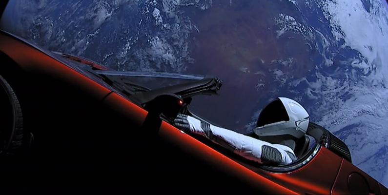 Elon Musks Tesla skickade i februari 2018 upp den första kommersiella bilen i rymden i omloppsbana runt jorden - en Tesla Roadster.