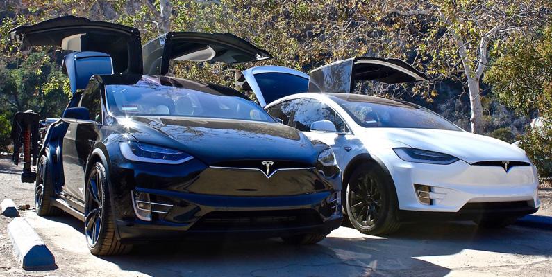 """""""Celebration Mode"""" är ett humoristiskt inslag som finns inbyggd i Tesla Model X när du vill vara lite kaxig mot dina vänner... eller ovänner."""