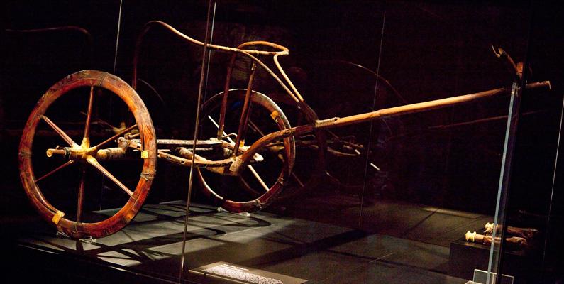 När Tutankhamons berömda vagn (bilden nedanför) anlände till New York år 2010 klassificerades den som ett fordon och fastnade i tullen för att det inte hade ett fordonsidentifieringsnummer.