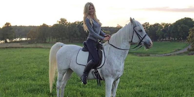 Victoria Silvstedt älskar hästar! Hennes ungdom bestod mycket av att mocka bajs och ta hand om sina egna hästar.