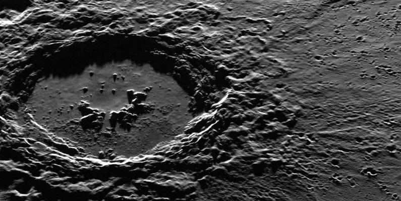 Forskare tror att en enorm asteroid smällde in i planeten för ungefär 4 miljarder år sedan och skapade en gigantisk krater på ungefär 1 545 kilometer.