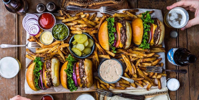 Anledningen till att hamburgare ser så goda och perfekta ut i reklam beror helt enkelt på att de är underkokta.
