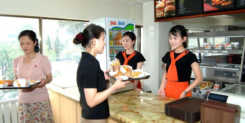 """Det finns en enda hamburgerrestaurang i Nordkorea, vad vi västerlänningar vet. Den grundades åt 2000 av landets diktator, Kim Jong-Il. Enligt landets hårt styrda och statsägda medier var det diktatorn själv som uppfann denna """"underbara smakupplevelse""""."""
