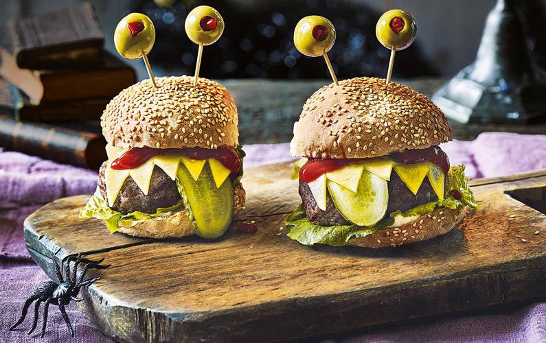 Inget går väl hem mer än en hemmagjord hamburgare med grönsaker, mängdvis med ost och ett eget tillagat hamburgerkött?