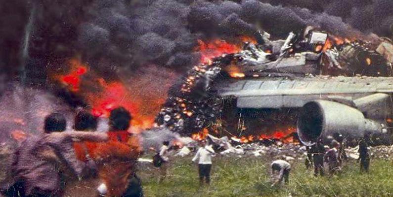 Två flygplan av typen Boeing 747 kolliderar på startbanan på den spanska ön Teneriffa den 27 mars 1977 och åstadkommer världens dittills värsta flygkatastrof med 583 omkomna människor.