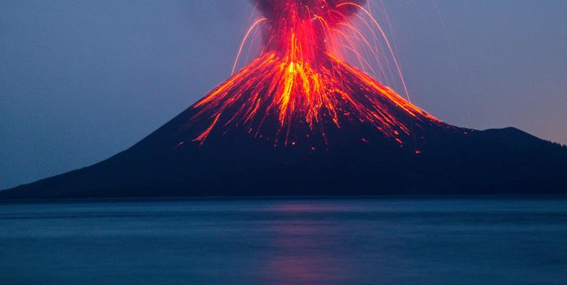 Efter utbrottet av vulkanen Krakatau i Indonesien 1883 resulterade det atmosfäriska skräpet i blodröda solnedgångar över hela världen under flera månaders tid.