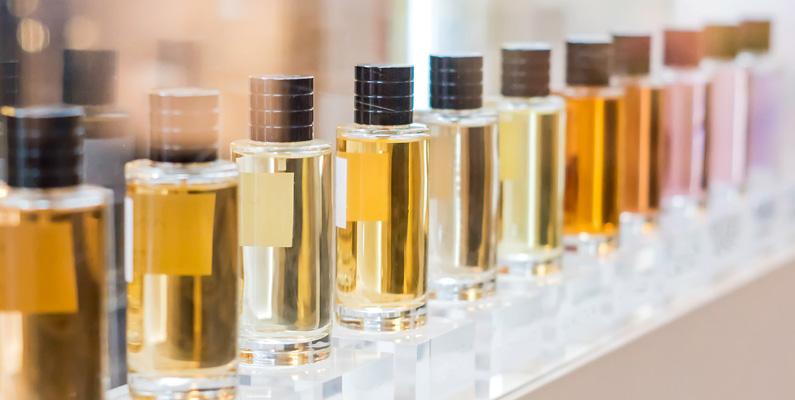 Ingredienserna i den genomsnittliga flaskan med en prestigefylld flaska parfym kostar cirka 1,20 dollar till 1,50 dollar att tillverka. Detta är beräknat på flaskor som kostar cirka 150 dollar i affärer.