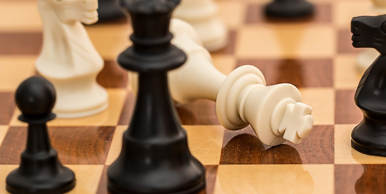Matematiskt sett finns det fler möjliga schackspel än det finns atomer i det observerbara universum. Det vill säga att väldigt få spel är identiska med varandra till dragen.