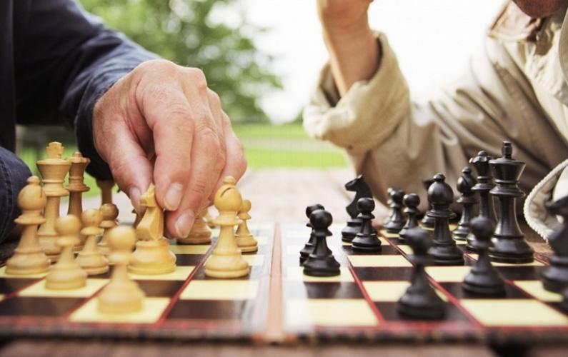 """Målet är att angripa (""""schacka"""") motståndarens kung på ett sådant sätt att kungen inte längre har några regelrätta drag till sitt förfogande."""