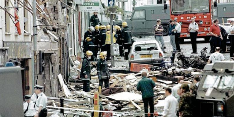 1998 kallade en splittringsgrupp från irländska republikanska armén (IRA) in ett bombhot mot tingshuskullen i Omagh, Nordirland. Polisen evakuerade människor 400 meter till botten av kullen där det ansågs vara säkert. Dock var denna plats den verkliga platsen för bomben. Totalt dog 29 personer och 220 skadades.