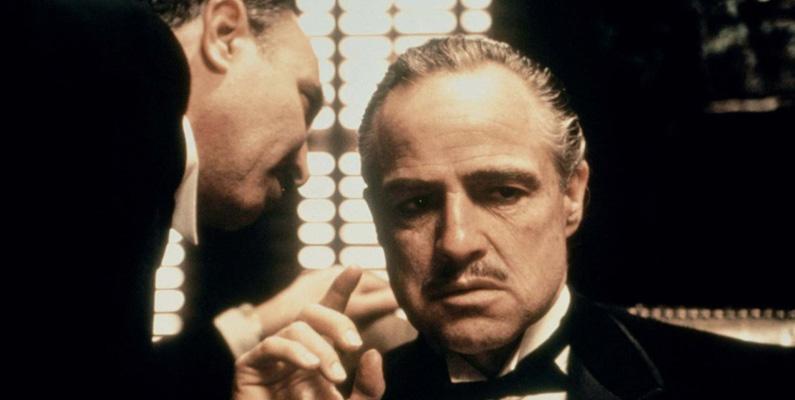 """Inspelningen av filmklassikern """"Gudfadern"""" stördes av den faktiska maffiamedlemmen Joe Colombo (chef för Colombo Crime Family). Producenten Al Ruddy träffade honom och granskade manuset och slog bort ordet """"maffia"""" helt från filmen. Colombo och hans kompisar lyckades dessutom att armbåga sig in i självaste filmatiseringen och hamnade i små biroller i filmen."""