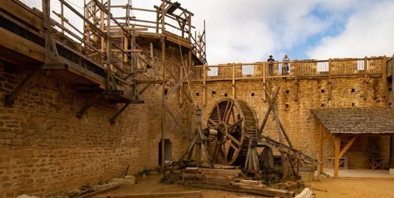 I över 23 år har fransmännen byggt ett riktigt medeltida slott med endast medeltida konstruktionstekniker. Slottet, Guédelon, är ännu inte färdigbyggt men lockar redan över 300 000 turister årligen.