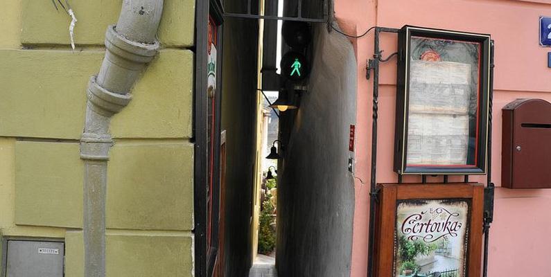 I Prag finns det en så smal gata att den har trafikljus för fotgängare. En gång fastnade en tysk turist och fick tvålas in för att kunna ta sig ut.