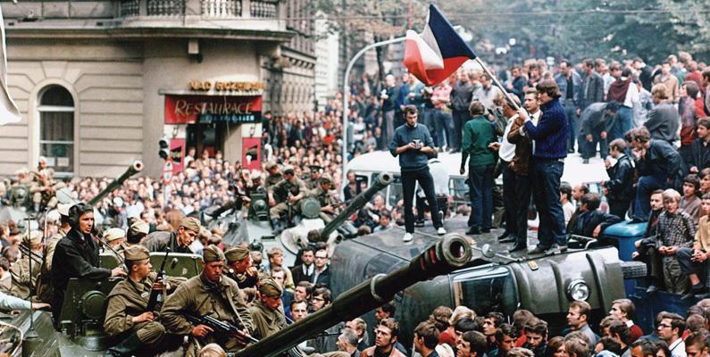 """När Prag invaderas under """"Pragvåren"""" den 5:e januari 1968 målade tjecker och slovaker över vägskyltar och vände på dem så att fienden skulle få svårare för att hitta. Somliga kompanier hade ingen aning om var de befann sig och vid ett tillfälle dirigerades en hel invasionsstyrka från Polen tillbaka från landet."""