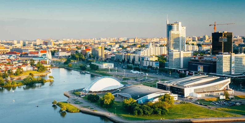 Huvudstaden Minsk förstördes fullständigt under andra världskriget. Den första planen var att bygga upp staden igen på en annan plats, cirka 30 kilometer från den ursprungliga platsen, på grund av det stora området fyllt av ruiner efter bombningarna. I enlighet med exemplet i Warszawa byggdes det dock upp på samma plats.