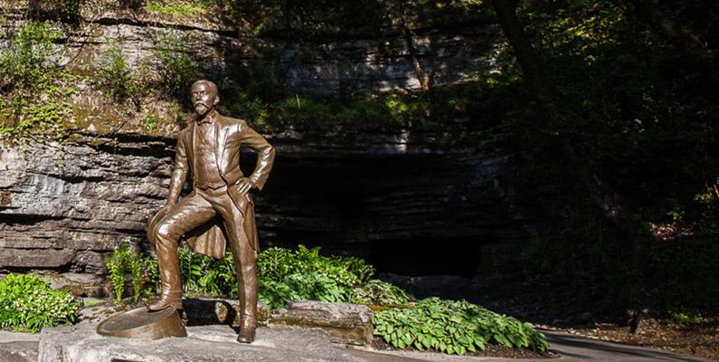 När Jack Daniel letade efter en plats för att få rent källvatten, lokaliserade han en tomt i Lynchburg som innehöll en kalkstensgrotta. Kalkstenen höll vattnet friskt, rent och lågt på mineraler. Det var med detta vatten han gjorde sin första sats med whisky. Samma vattenkälla används fortfarande för att göra Jack Daniel's till och med idag.