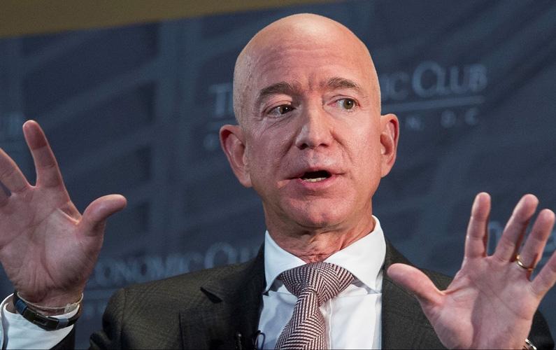 Jeffrey Preston Bezos, ursprungligen Jorgensen och mer känd som Jeff Bezoz, föddes den 12 januari 1964 i Albuquerque, New Mexico, USA. Han är en amerikansk internetentreprenör, mest känd som grundare av och verkställande direktör (VD) och styrelseordförande för handelssajten Amazon.com. Bezos blev under år 2020 den första personen i världen med en personlig förmögenhet på över 200 miljarder amerikanska dollar. I februari 2021 meddelade Bezos att han planerade att avgå som VD för Amazon under sommaren 2021 och lämna över posten till Andy Jassy. Och det kanske kan vara klokt med en förnyelse och lite nytänkande hos det annars väldigt kritiserade företaget. För pengar lär åtminstone Jeff Bezos ha för generationer framöver.