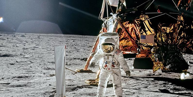 Minnet som användes i Apollo-rymdfarkostens dator baserades på att väva tunna koppartrådar runt magnetiska munkar. En halv mil tråd gav dem 65 kbit information.