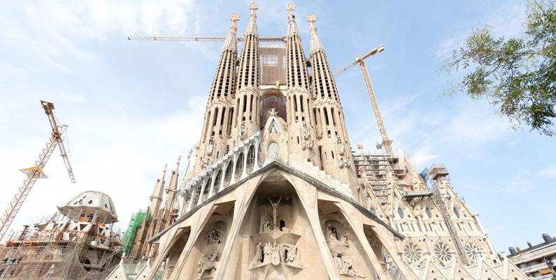 Konstruktionen av Sagrada Familia startade år 1882, som tidigare nämnt, och beräknas att stå färdig under år 2026 - 144 år av byggande, med andra ord. Det innebär att byggnaden då kommer ha tagit fem gånger längre tid än vad det tog att bygga pyramiderna i Egypten eller Taj Mahal.