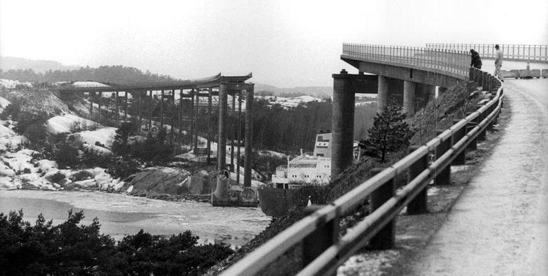 En tragisk händelse i svensk historia skedde också tidigt i januari, den 18:e för att vara mer exakt. Almöbron till Tjörn rasar efter att fartyget Star Clipper seglat på en av bropelarna i mörkret. Sju bilar kör över brokanten innan den spärras av, varav åtta människor omkommer. En bild på den raserade bron finner du nedanför.