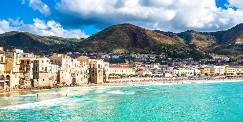 Sicilien är den största Medelhavsön med ett område på 25 710 km². Denna del av Italien är omgiven av tre olika hav: Tyrrenska havet, Medelhavet och Joniska havet.