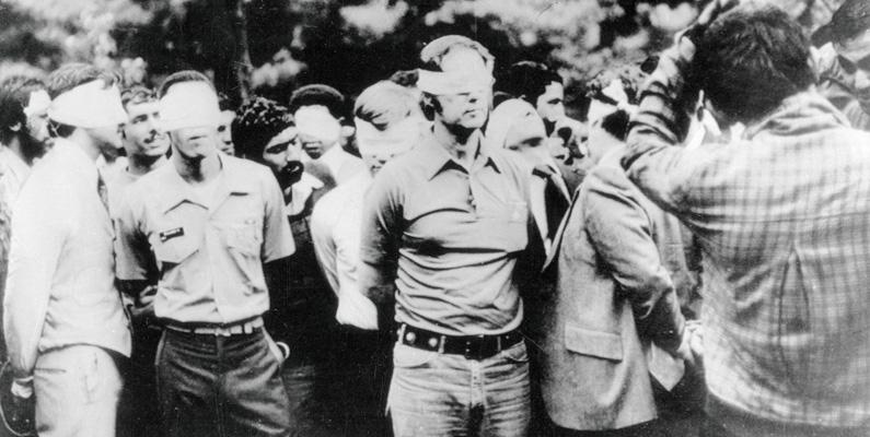 Den av 52 personer bestående amerikanska ambassadpersonalen i Teheran, Iran som hållits som gisslan sedan den 4 november 1979 (totalt under 444 dagar), friges äntligen den 20 januari 1981.